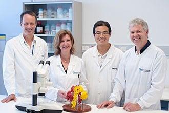 A equipe responsável pela descoberta, composta pelo professor Mike Lawrence, Mai Margetts e pelos doutores Geoffrey Kong e John Menting.