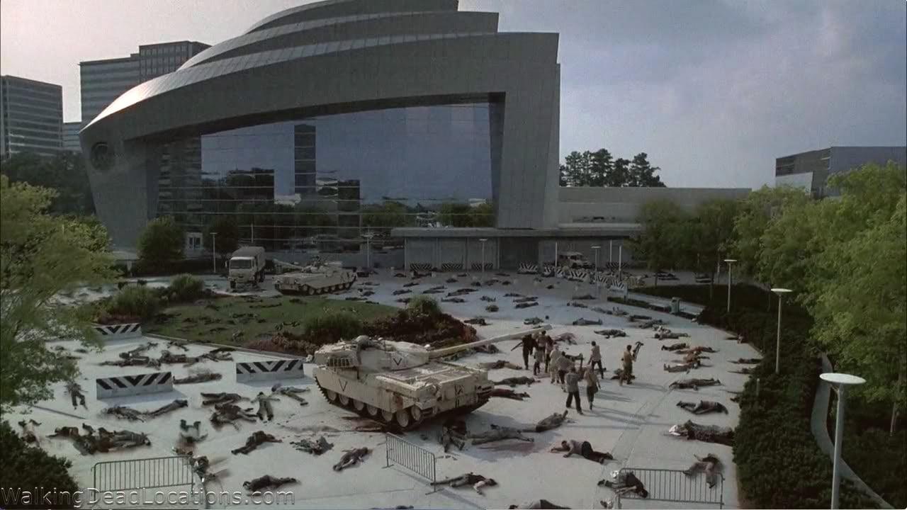 """Sobreviventes do """"apocalipse zumbi"""" buscam informações no CDC, no seriado """"The Walking Dead""""."""