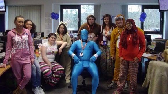 Os colegas de trabalho de Darren também entraram no espírito da campanha e se fantasiaram para ir ao trabalho!
