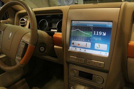 Carro Lincoln MKZ com monitor que recebe via bluetooth sinal de glicemia do monitor de glicose.