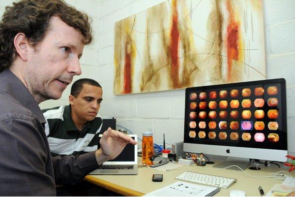professor Anderson Rocha (direita) e o doutorando José Ramon Trindade Pires - evolução no diagnóstico da retinopatia. FONTE: Jornal da Unicamp