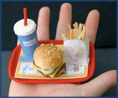 Ingerir porções pequenas de alimentos ricos em gorduras, como fast food, é uma ótima maneira de controlar o peso e a glicemia!